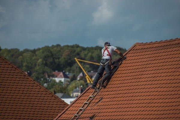 roofers-2891664_960_720-600x400 Ремонт и реконструкция кровли своими руками - подробная инструкция от ЦМК